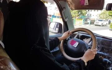الصورة: الصورة: طليعة.. يمنية أجبرتها الحرب على توصيل طلبات المنازل