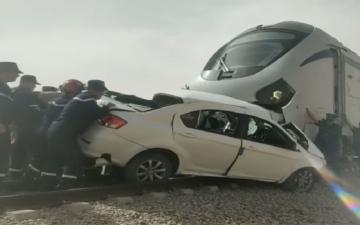 الصورة: الصورة: بالفيديو.. مقتل شخصين إثر اصطدام قطار بسيارة في الجزائر