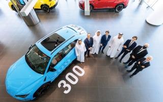 الصورة: الصورة: «لامبورغيني» تحتفل ببيع «أوروس» الرقم 300 في الإمارات