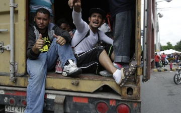 الصورة: الصورة: العثور على عشرات المهاجرين على وشك الموت بشاحنة في تكساس