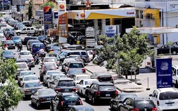 الصورة: الصورة: اللبنانيون يعملون من السيارة في محطات الوقود