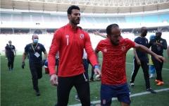 الصورة: الصورة: لاعبو الأهلي المصري يغادرون ملعب رادس بعد تعرضهم للاختناق