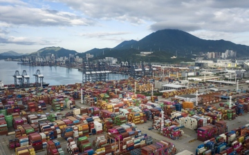 الصورة: الصورة: تكدّس الحاويات في موانئ الصين يزيد معاناة التجارة العالمية