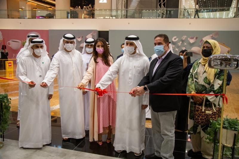 الصورة : خالد بن حميد القاسمي والحضور خلال افتتاح المعرض | من المصدر