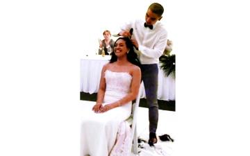 الصورة: الصورة: «عريسان» يحلقان شعرهما بالكامل خلال الزفاف