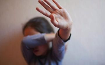 الصورة: الصورة: طفلتان تتعرضان للتهديد من مجهولين عبر مواقع التواصل الاجتماعي