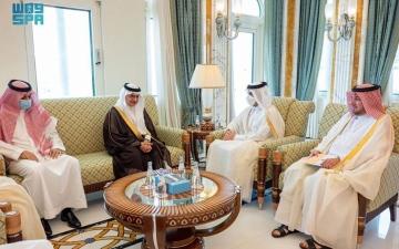 الصورة: الصورة: سفير السعودية لدى قطر يقدم نسخة من أوراق اعتماده