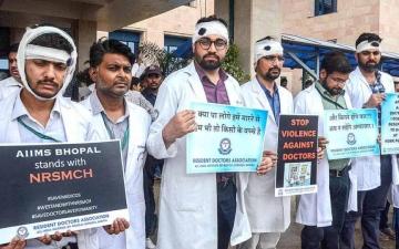 الصورة: الصورة: الاعتداء على الأطباء من أهالي ضحايا «كورونا».. ظاهرة تخيف قطاع الصحة