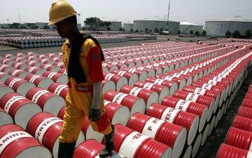 الصورة: الصورة: أسعار النفط تصعد 1.89 % بفعل تراجع الدولار وضبابية المعروض الإيراني