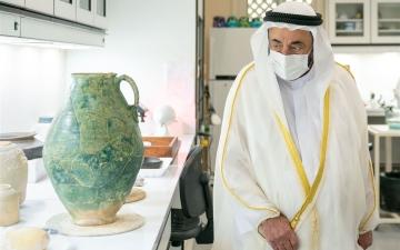 الصورة: الصورة: حاكم الشارقة يطلع على كنز أثري اكتشف في منطقة مليحة