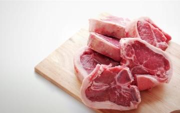 الصورة: الصورة: عادة خاطئة .. ما الطريقة الصحية لفك اللحوم والأسماك المجمدة؟