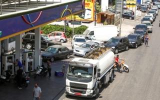 الصورة: الصورة: «أزمة الوقود» تحيل شوارع لبنان إلى مواقف للسيارات