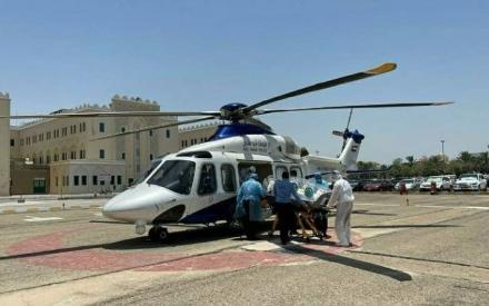"""الصورة: الصورة: شرطة أبوظبي تنقل مصابا بكورونا جوا إلى """"طبية خليفة"""""""