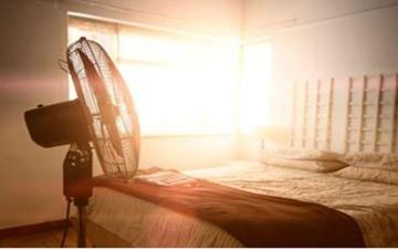 الصورة: الصورة: ماذا يحدث لجسمك عند تشغيل المروحة أثناء النوم