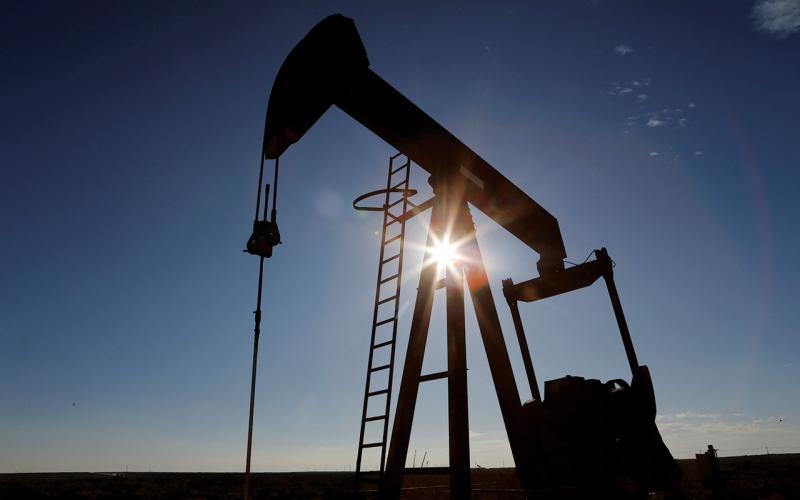 الصورة: الصورة: النفط لأعلى مستوى في عامين و«أوبك+» تبحث تخفيف خفض الإنتاج