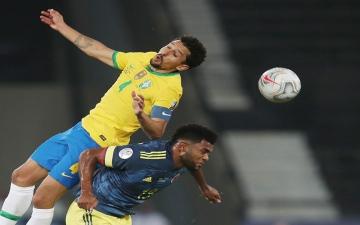 الصورة: الصورة: هدف قاتل يمنح البرازيل فوزاً مثيراً للجدل 2-1 على كولومبيا
