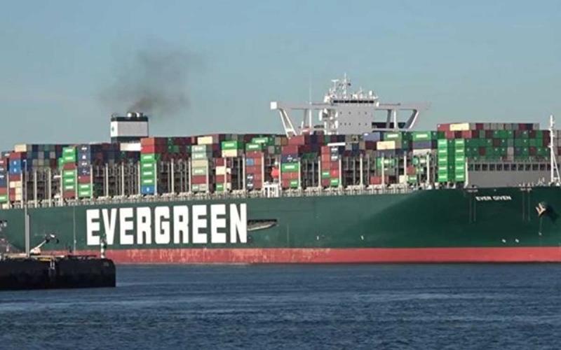 """الصورة: الصورة: رئيس هيئة قناة السويس يؤكد التوصل لـ""""اتفاق مبدئي"""" مع مالك السفينة إيفر غيفن"""