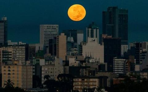 """الصورة: الصورة: العالم يترقب """"قمر الفراولة"""" العملاق"""