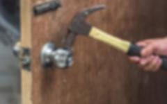 الصورة: الصورة: خليجي يقتحم منزلاً بمطرقة ويحطم محتوياته فوق رؤوس ساكنيه