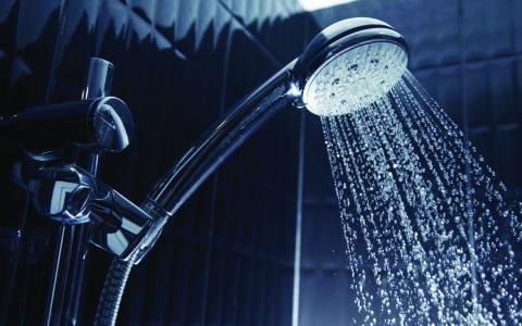 الصورة: الصورة: المياه الباردة أم الساخنة في حمام الصباح أيهما أفضل صحيا؟