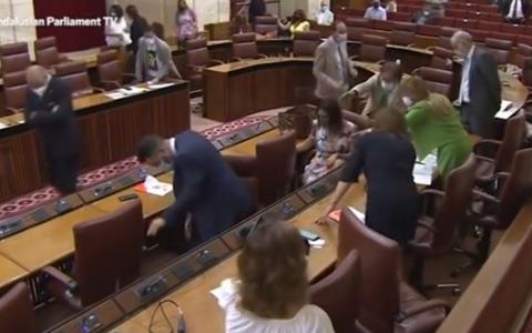 الصورة: الصورة: فيديو.. فأر يقتحم جلسة برلمان ويثير الفوضى