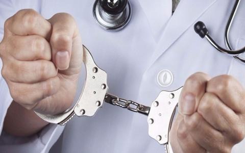 الصورة: الصورة: القبض على طبيب مصري متهم بقتل زوجته الطبيبة بـ 11 طعنة