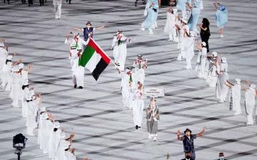 الصورة: الصورة: يوسف المطروشي يحمل علم الإمارات في افتتاح أولمبياد طوكيو