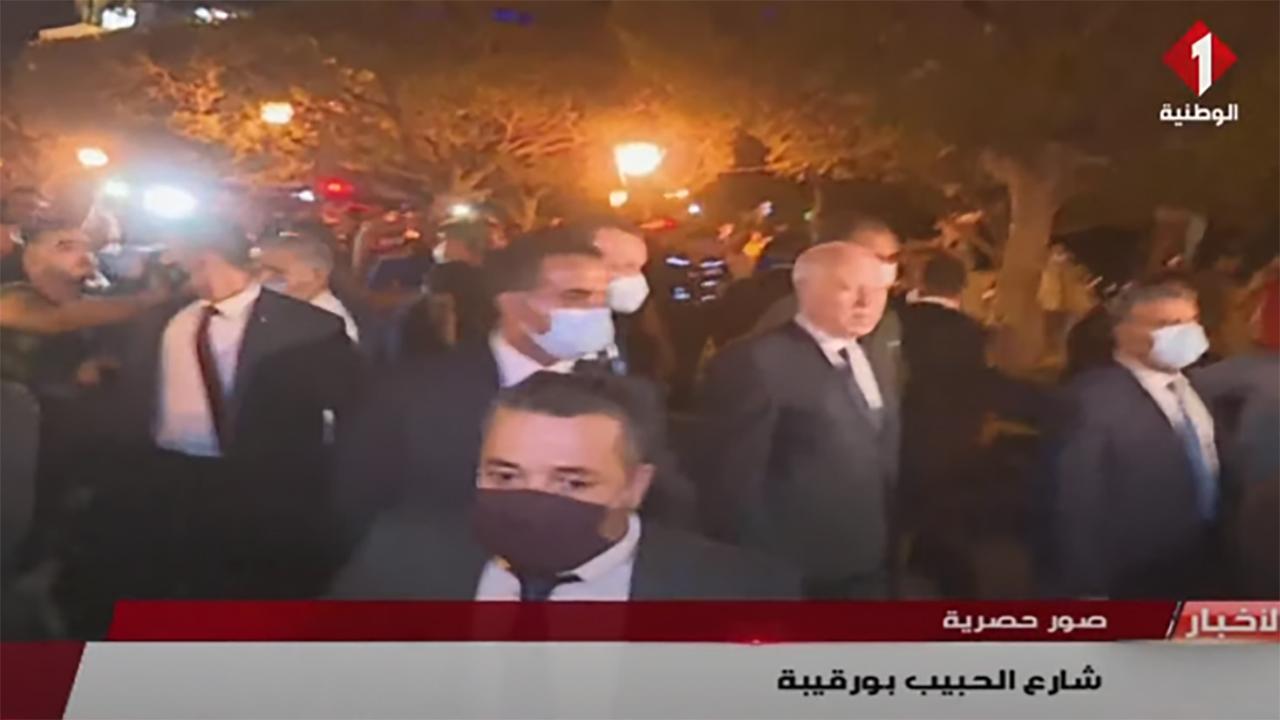 صورة الرئيس التونسي يشارك شعبه احتفاله بقراره تجميد عمل البرلمان وإقالة الحكومة – العرب والعالم – العالم العربي