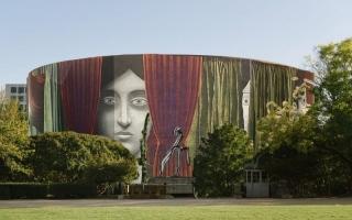 الصورة: الصورة: لوحة «إزاحة الستارة» تلتف حول مبنى متحف هيرشهورن