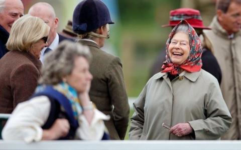 الصورة: الصورة: سألوها إن كانت تعرف الملكة.. رد طريف من إليزابيث الثانية على سياح لم يتعرفوا عليها