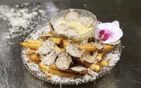 الصورة: الصورة: أغلى طبق بطاطا مقلية في العالم بـ 200 دولار مع رشة من غبار الذهب