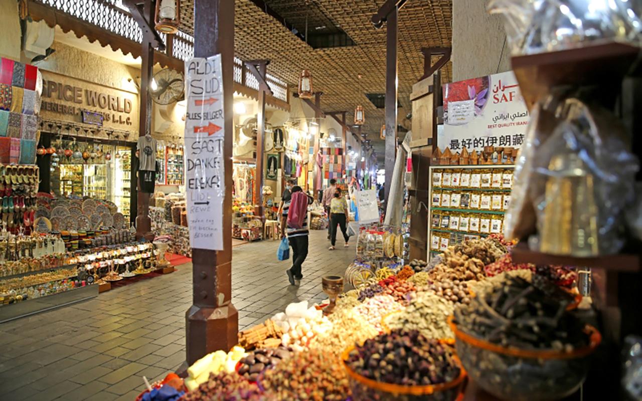 الصورة : العلاجات والأدوية الشعبية والتوابل والمشغولات التراثية ميزة السوق الكبير في ديرة بدبي       تصوير: إبراهيم صادق