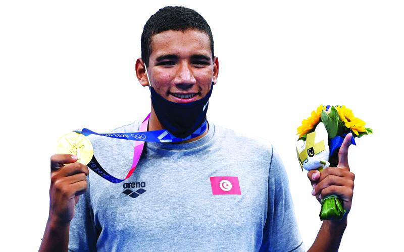 الصورة : التونسي أحمد الحفناوي يحتفل بذهبية السباحة | أ ف ب