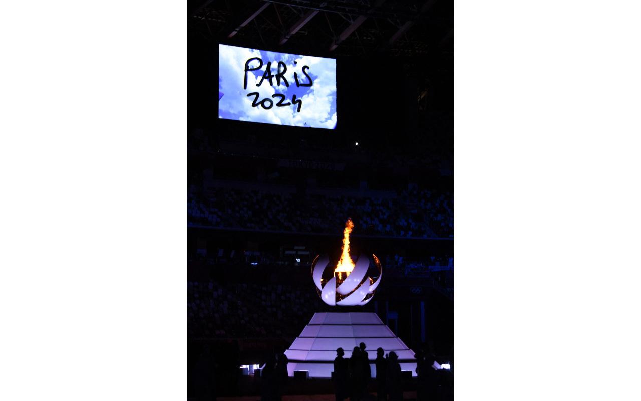 الصورة : فرنسا تتسلم العلم الأولمبي بحضور باخ