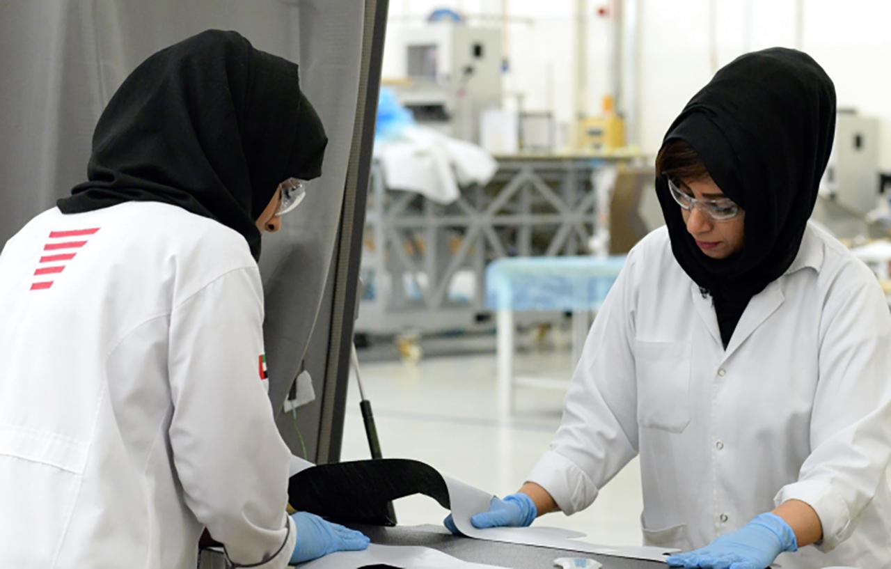 الصورة : المرأة الإماراتية تواصل تألقها في كافة مجالات العمل   أرشيفية