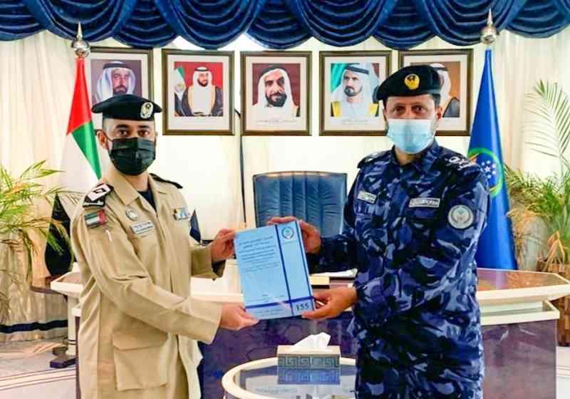 قائد عام شرطة الشارقة يهنئ منتسباً لنيله درجة الماجستير