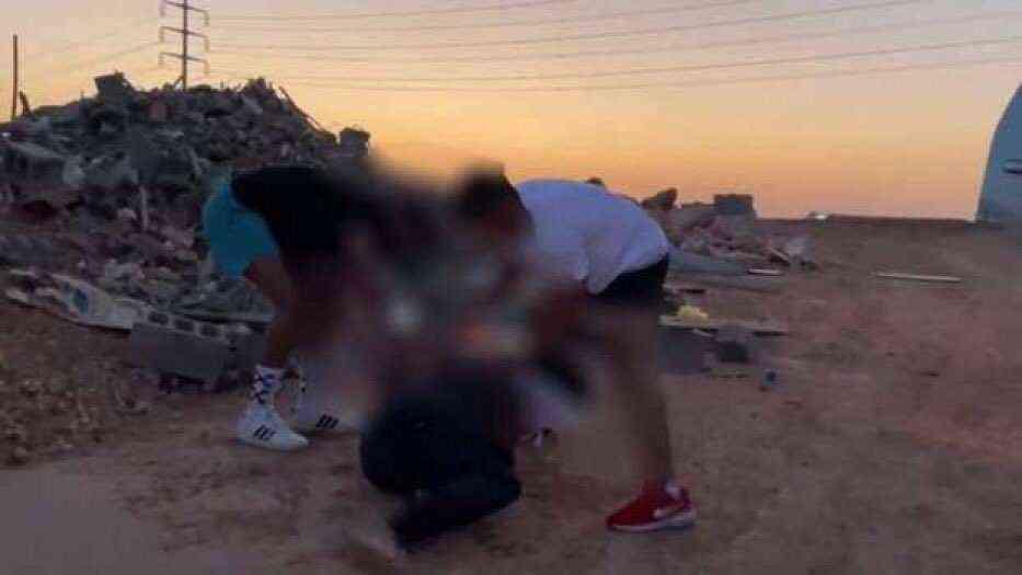 صورة السعودية.. القبض على 4 أشخاص أشعلوا النار في رجل لتصوير مقطع فيديو