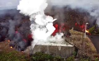 """الصورة: الصورة: حمم بركان بجزيرة """"لا بالما"""" تحرق الأخضر واليابس في طريقها.. فيديو"""