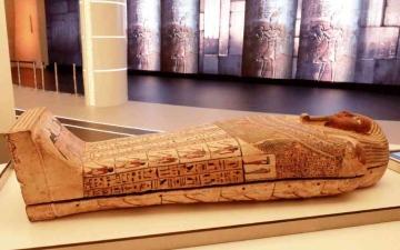 الصورة: الصورة: تابوت فرعوني أثري  يصل دبي للعرض بجناح مصر في إكسبو