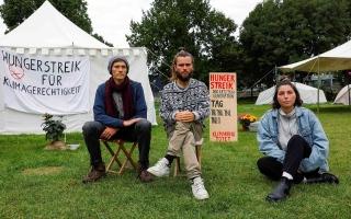 الصورة: الصورة: نشطاء المناخ في ألمانيا يوقفون إضرابهم عن الطعام