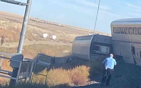الصورة: الصورة: سقوط 3 قتلى وعدد من الجرحى جراء خروج قطار عن سكته في أميركا