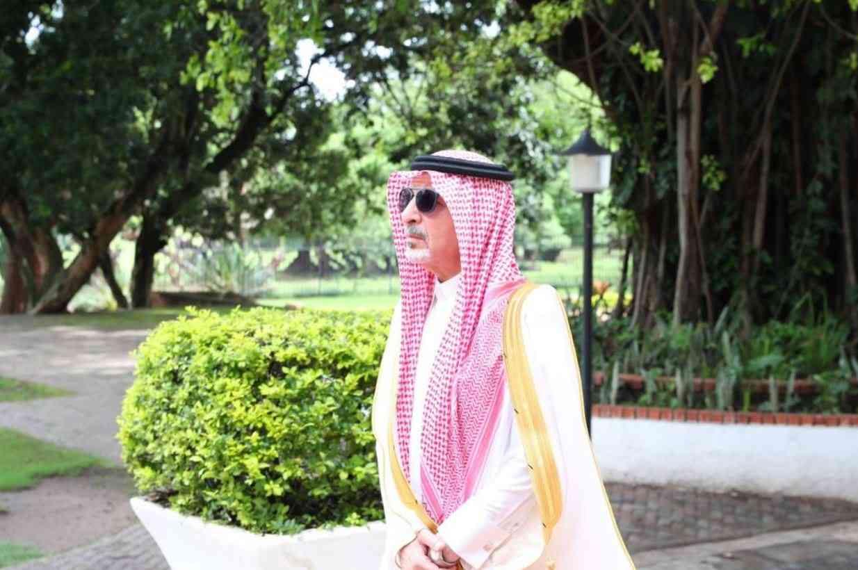 وزير سعودي يتعرض ووالدته لحادث مخيف