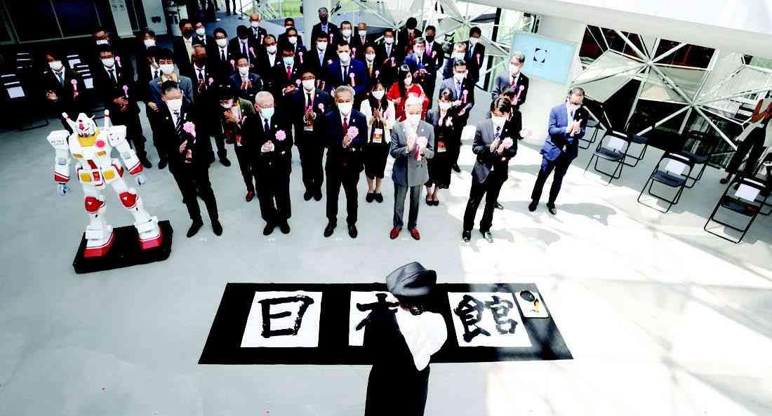 الصورة : اليابان.. نظم جناح اليابان في إكسبو 2020 دبي، افتتاحاً رسمياً، وألقى إينو مانابو، المنسق العام لإكسبو 2025، في وزارة الاقتصاد والتجارة والصناعة اليابانية، مجموعة خدمات التجارة والتوزيع، كلمة ترحيبية، بينما أعلن ناكامورا تومياسو، المفوض العام لجناح اليابان، إكسبو 2020 دبي، الافتتاح الرسمي للجناح. وتعليقاً على الإطلاق، قال ناكاجيما أكيهيكو، سفير اليابان لدى الإمارات: «يتماشى موضوع جناح اليابان، «حيث تلتقي الأفكار»، مع الرؤية المستقبلية لدولة الإمارات».