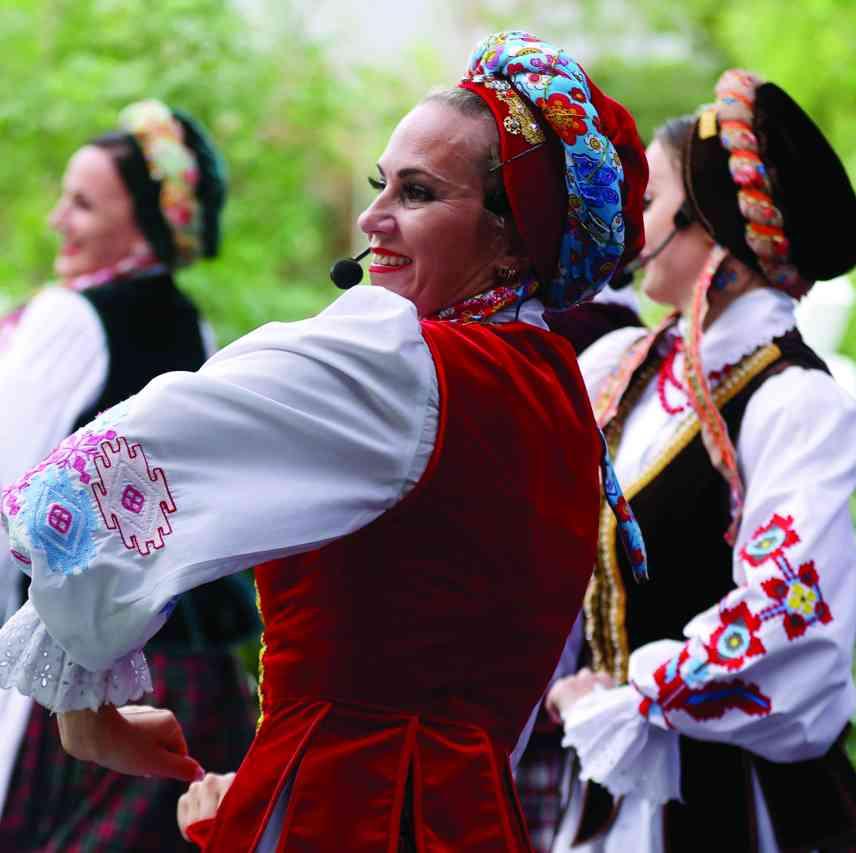 الصورة : » فرقة تالاكا البيلاروسية تؤدي عرضاً أمام الجمهور