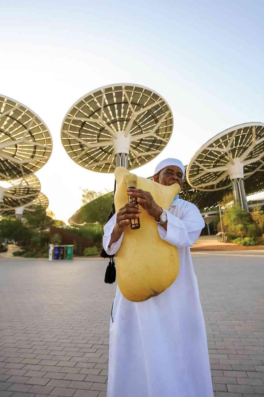 الصورة : » «الهبان» من الفنون الشعبية الإماراتية حاضر في استقبال الزوار من بوابة الاستدامة