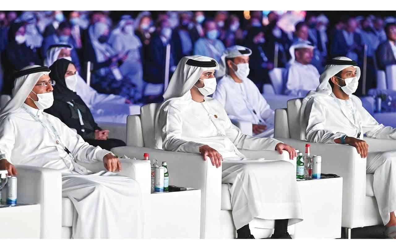 الصورة : مكتوم بن محمد يتقدم الحضور في المؤتمر بحضور عبد الله بن طوق وعبد الرحمن آل صالح | تصوير محمدهشام