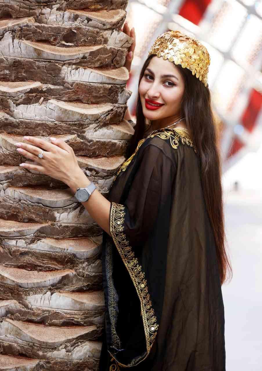 الصورة : »  زي عراقي وقبعة ذهبية