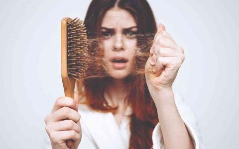 الصورة: الصورة: دراسة تكشف عن مفتاح منع تساقط الشعر في الكبر