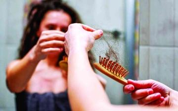 الصورة: الصورة: التلوث والأشعة فوق البنفسجية يسببان تساقط الشعر