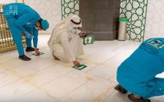 إزالة ملصقات التباعد الجسدي من المسجد الحرام